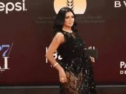 """女演员穿镂空裙被起诉 当地律师称其""""有伤风化"""""""