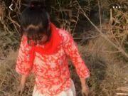 女子穿着暴露戴红领巾拍捕鱼视频被刑拘