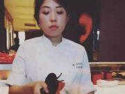 台湾美女厨师揭秘你看不到的后厨世界:30多斤的油锅,加不完的班,还有性骚扰