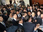 拳脚相加!韩国300多名议员大打出手 锤子铁棍轮番撬门