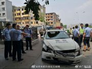 贵州兴义一男子持水果刀抢警车 疑似有精神病