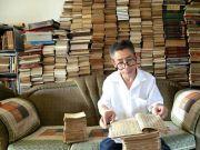 环卫工藏书7000册堆起书墙 退休后想开免费阅览室