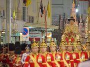 泰王加冕典礼第二日:加封王室成员 巡游受民众朝拜