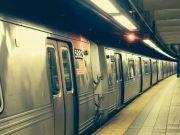 地铁上,男子假装捡手机,偷亲女孩大腿!行拘!!