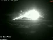巴厘岛阿贡火山再次喷发 火山口3公里内满是岩浆