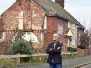 老汉坚持18年不动迁,开发商决定在他周围建178栋同样的房子