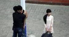 男子醉酒抱住闺蜜:当街压倒在车上,这幕让女友很尴尬