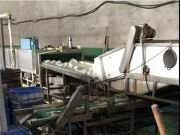 消毒餐具厂调查:车间堆积食物残渣 工人脏手套擦杯盘