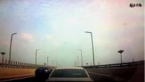 女司机被追尾加速离开 给男友打电话:嗵一声啥情况