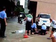 广西街头,他砍死一女孩、一老妇人后,和另一男子扭打对峙……