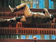 太惊险!72岁金马影帝演出时突从楼梯滚落,女主角当场被吓哭