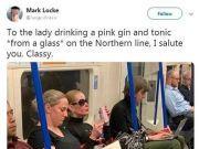 精致!女子地铁喝酒自带高脚杯 姿态优雅被赞女王