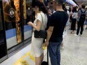 南京一色狼偷拍女乘客裙底 保洁大姐拍照报警