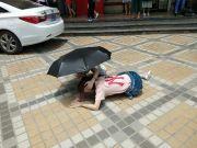 高空抛物又伤人,深圳一女子地铁口头部被砸倒地