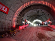 青岛地铁1号线胜利桥站施工围挡处发生塌陷 1人失联