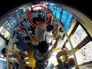 监拍:公交车上白衣男色狼紧追不舍猥亵女孩画面