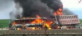 惨烈!大客车与货车相撞现场