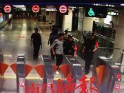 怒!地铁女厕所一幕!25 岁男子当场被抓