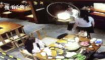 端火锅泼妻子同学,正在旁边吃饭的孩子受到惊吓