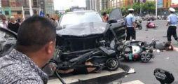 常州一奔驰连撞多辆电动车,已致3死10伤