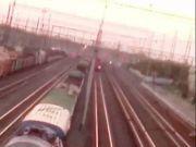 一少年爬上火车自拍触电 遭万伏高压击中幸存