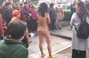女贼为逃跑脱光衣服 女子自行裸露全身众人围观