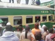 跑错轨道?巴基斯坦两列火车相撞致近百人伤亡