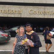 """菲律宾男孩搂""""纸板妈妈""""拍毕业照 真相让网友泪奔"""