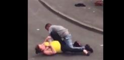 情侣街头激烈打斗 女子使出锁人神技引路人狂笑