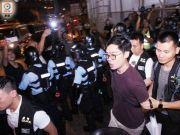 """港媒:400狂徒包围警署扬言""""劫狱"""" 香港警方驱散闹事分子"""