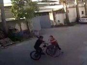 """""""单车版保时捷女司机""""丈夫系村官 两家曾有矛盾"""