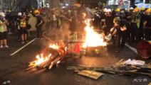 香港暴徒袭警火攻扔腐蚀性物质 警方再拘44人