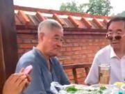 61岁赵本山近照罕见曝光,满头白发瘦了一圈,桌子上一堆素菜