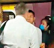 """香港暴徒对市民凶狠被外国人骂""""滚""""秒怂 网友:奴性"""
