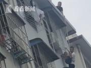 萌娃被卡5楼防护窗 救援时他的一句话逗乐全场人