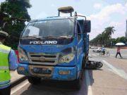 电动车与货车相撞被卷入车底拖行数十米,司机……