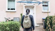 英国四分之一年轻人和爸妈同住 预计40岁才能买房