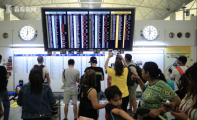 香港暴徒阻塞机场 外国受伤游客下跪