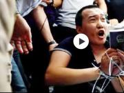 环球网记者被围殴:我支持香港警察 你们可以打我了