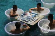 重庆气温39度 商家推出花式避暑:坐冰桶内打麻将