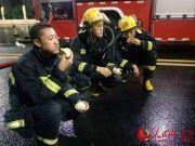抗击台风一整天 19岁消防员坐在路边吞下11个包子