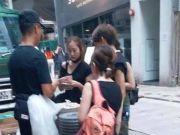 """香港示威女子被""""猪队友""""击中眼睛 还污蔑是警察弄伤"""