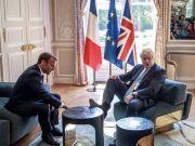 英首相踩桌子让马克龙擦鞋?这张照片让网友吵翻