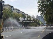 杭州地面坍塌冒出黄色浓烟 现场还有煤气泄漏气味