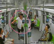 醉酒男地铁上殴打乘客 不敌后抱警察哭诉 : 为我做主