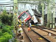 日本列车撞上卡车后脱轨,已造成32人受伤