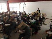 防作弊放大招 墨西哥老师让学生头戴纸箱考试(图)