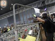 焚烧国旗,大肆破坏!暴徒又闯香港机场闹事