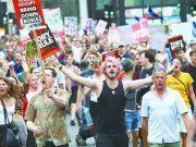英国30城抗议示威,警方出动!
