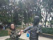 云南一女子围绕聂耳铜像做不雅动作 被拘5日(图)